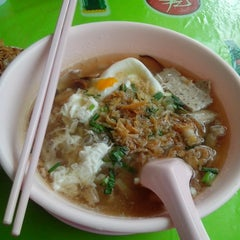Photo taken at แดง ก๋วยจั๊บญวน (ร้านใหม่) Khun Daeng - Vietnamese Noodle by Piccomae S. on 3/13/2013