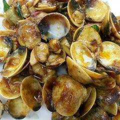 Photo taken at 金龙餐厅 Restaurant Kim Leong by James A. on 10/23/2013