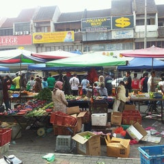Photo taken at Pasar Malam TTDI by Fairul R. on 5/19/2013