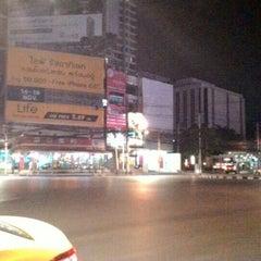 Photo taken at แยกห้วยขวาง (Huai Khwang Intersection) by Pimpaphon J. on 11/15/2015