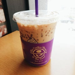 Photo taken at The Coffee Bean & Tea Leaf by Cheoloh N. on 4/13/2014