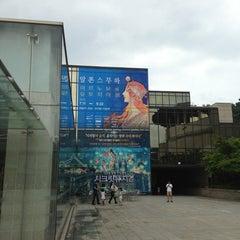 Photo taken at 한가람디자인미술관 by Jieun L. on 7/21/2013