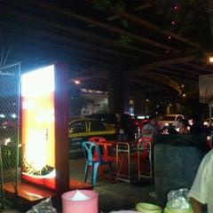 Photo taken at ร้านลาบร้อยเอ็ด by Koy S. on 4/28/2012