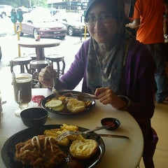 Photo taken at MooN Kopitiam by Nor A. on 11/21/2011
