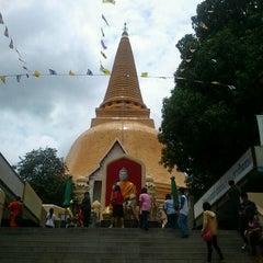 Photo taken at วัดพระปฐมเจดีย์ฯ (Wat Phra Pathom Chedi) by Nut S. on 8/26/2012