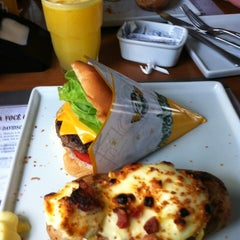 Photo taken at Road Burger by Jurandir S. on 4/1/2012