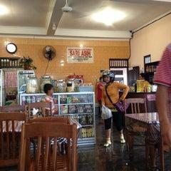 Photo taken at Rumah Makan Sari Asih by Dyah Peni H. on 6/17/2013
