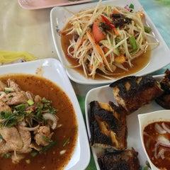 Photo taken at ส้มตำ ร้านส้มตำเจ๊ไหม by yada .. on 7/8/2013