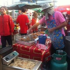 Photo taken at ตลาดนัดแยกกรุงเทพกรีฑา (Yaek Krungthep Kritha Market) by KA W. on 10/1/2013