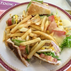 Photo taken at Took Lae Dee (ถูกและดี) by pyrex24_ on 9/26/2015