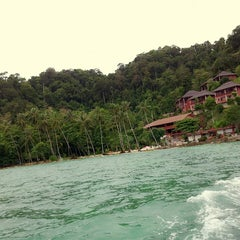 Photo taken at Koh Ngai Cliff Beach Resort by Fon H. on 4/13/2013