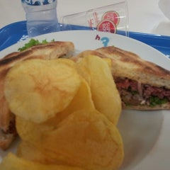 Photo taken at H3 Hambúrguer Gourmet by @xelso >> Jacob R. on 9/28/2012