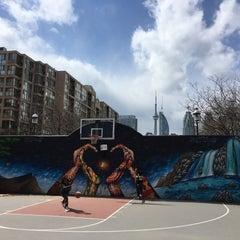 Foto tirada no(a) David Crombie Park Basketball Court por Ian G. em 4/2/2016