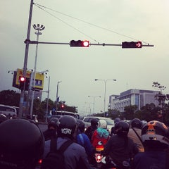 Photo taken at Perempatan Buah Batu by Adam Mukharil B. on 2/19/2014