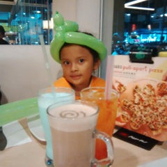 Photo taken at Pizza Hut by Nassa I. on 12/10/2014