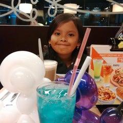 Photo taken at Pizza Hut by Nassa I. on 12/11/2014