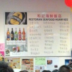 Photo taken at 和记海鲜饭店 by Ivy C. on 10/5/2014