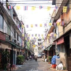Photo taken at ตลาดตรอกหม้อ (Trok Mo Market) by Adam A. on 4/29/2015