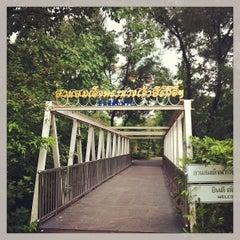 รูปภาพถ่ายที่ สวนวชิรเบญจทัศ (สวนรถไฟ) Vachirabenjatas Park (Rot Fai Park) โดย Weeraya T. เมื่อ 4/26/2013