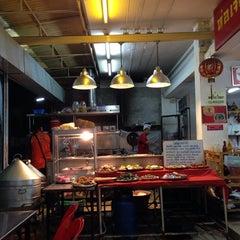 Photo taken at ห่อเจี๊ยะ โภชนา สาขา2 by Angelica Bello S. on 11/19/2013