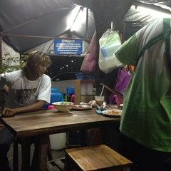 Photo taken at ผัดไทกุ้งสด(ลุงเปี๊ยก) by 🍹Tückÿ♛Vïvä🍹 on 11/12/2013