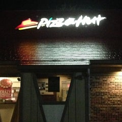 Photo taken at Pizza Hut by Chelah G. on 5/5/2013