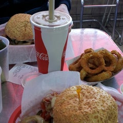Photo taken at Pearl's Deluxe Burgers by Vol T. on 2/16/2013