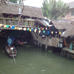 Photo taken at ตลาดน้ำคลองลัดมะยม (Klong Lat Mayom Floating Market) by Nueng N. on 4/28/2013