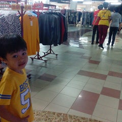 Photo taken at Giant by Hars'y M. on 2/17/2014