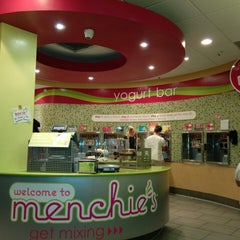 Photo taken at Menchie's Frozen Yogurt by Mario G. on 4/7/2015