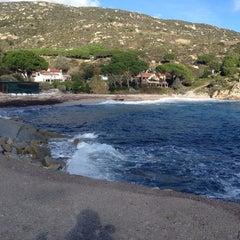Photo taken at Spiaggia Seccheto by Elba V. on 11/24/2013
