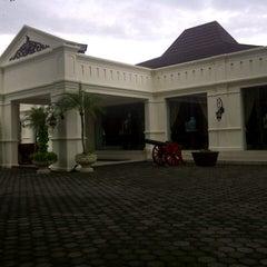 Photo taken at Museum Batik Kuno Danar Hadi by pawing on 12/9/2013