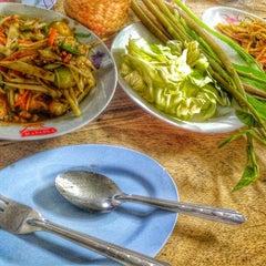 Photo taken at ส้มตำเจ๊ต่าย by Pong C. on 8/13/2014