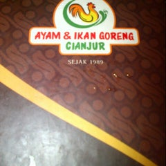 Photo taken at Ayam dan Ikan Goreng Cianjur by Roro N. on 8/3/2013