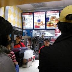Photo taken at Kentucky Fried Chicken KFC by Naxhieli R. on 3/31/2014