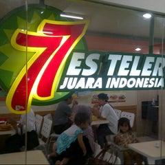 Photo taken at Es Teler 77 by Fungki A. on 6/30/2013