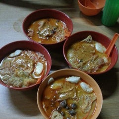 Photo taken at Jalan Ipoh Curry Mee by Edwin R. on 4/21/2013