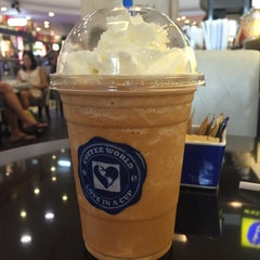 Photo taken at Coffee World (คอฟฟี่ เวิลด์) by Mike R. on 12/10/2014