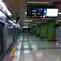 Photo taken at 효창공원앞역 (Hyochang Park Stn.) by moon s. on 12/20/2012