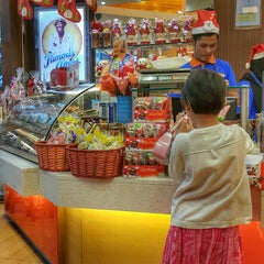 Photo taken at Famous Amos by UmiAbiNini on 12/9/2014
