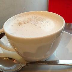 Photo taken at Stand Deli Cafe & Bar Bon Bonne by H&M on 3/11/2013