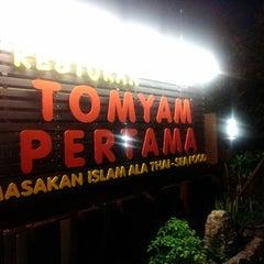 Photo taken at Tomyam Pertama (Kg. Pertama) by Dayat Yat on 9/29/2013