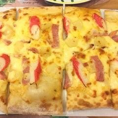Photo taken at The Pizza Company (เดอะ พิซซ่า คอมปะนี) by Golfii on 10/16/2015