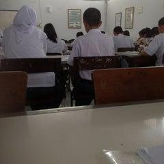 Photo taken at SMA Negeri 5 Makassar by Ilaa I. on 11/11/2013