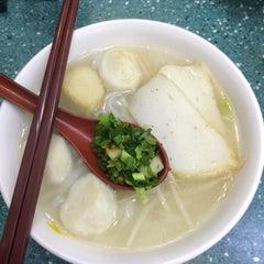 Photo taken at Aberdeen Fishball & Noodle Restaurant 香港仔魚蛋粉 by Andrew G. on 10/29/2015