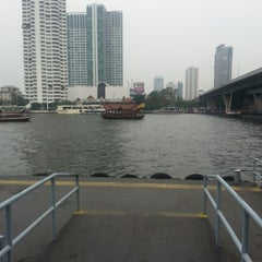 Photo taken at ท่าเรือสาทร (ตากสิน) Sathorn (Taksin) Pier CEN by kaitun m. on 2/3/2013