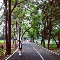 รูปภาพถ่ายที่ สวนวชิรเบญจทัศ (สวนรถไฟ) Vachirabenjatas Park (Rot Fai Park) โดย YuiYeah เมื่อ 1/26/2013