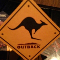Photo taken at Outback Steakhouse by Vinícius S. on 7/13/2013