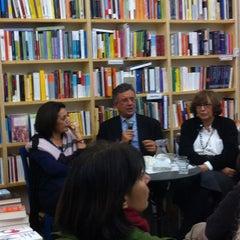 Foto scattata a Libreria Assaggi da Mara M. il 12/18/2012