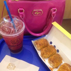 Photo taken at Auntie Anne's (อานตี้ แอนส์) by Apple W. on 9/9/2014